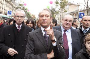 Bertrand Delanoë, maire de Paris entoure de Daniel Vaillant et Jacques Bravo.