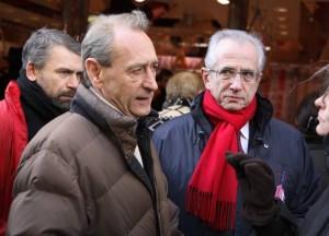 Ecoute attentive des candidats du maire de Paris venu en soutien, le 16/02/08, rue des Martyrs