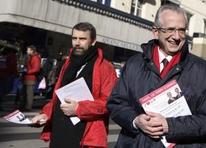 Distribution de tracts rue des Martyrs comme chaque week-end.  12/22