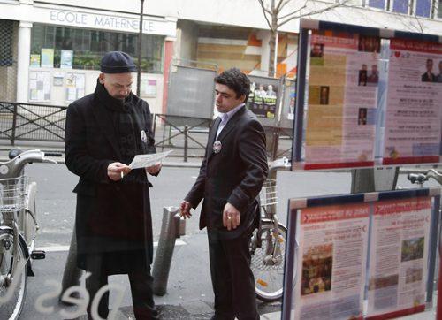 Un moment de détente pour celui qui a rapidement trouver sa place. Devant le local de Campagne, rue Rochechouart, le 01/03/08